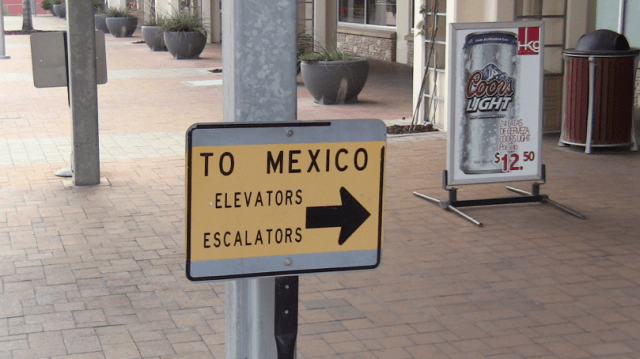 A sign directing people to Mexico in Laredo, Texas.