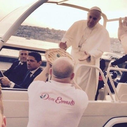 Naples-man-delivers-pizza-to-Pope-Francis-in-the-Popemobile