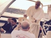 Naples-man-delivers-pizza-to-Pope-Francis-in-the-Popemobile-640x640