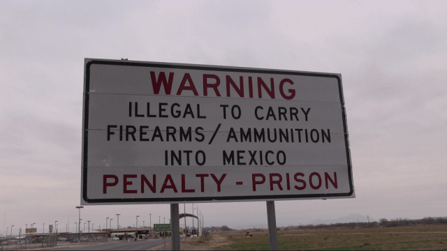 A sign warning U.S. citizens not to bring firearms into Mexico.