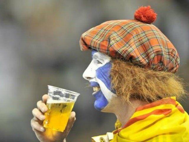 scotland-fan-drinking
