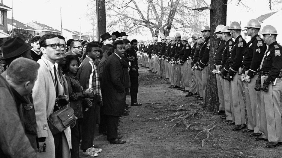 selma-demonstators-and-police