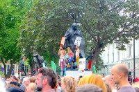 Protesters climb the Churchill Statue (Raheem Kassam/Breitbart London)