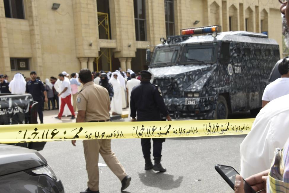 Police cordon off the Imam Sadiq Mosque after a bomb explosion following Friday prayers, in the Al Sawaber area of Kuwait City June 26, 2015.  REUTERS/Jassim Mohammed