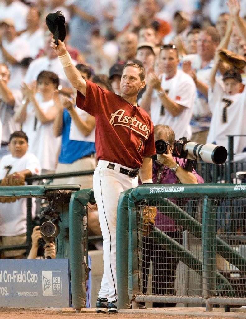 (AP CAPTION) Houston Astros second baseman Craig Biggio tips his cap to the sellout crowd as he leaves the game in the eighth inning on a day that was dedicated to his 3000-hit milestone in a baseball game against the Milwaukee Brewers, Sunday, Aug. 12, 2007, in Houston. (AP Photo/Bob Levey)
