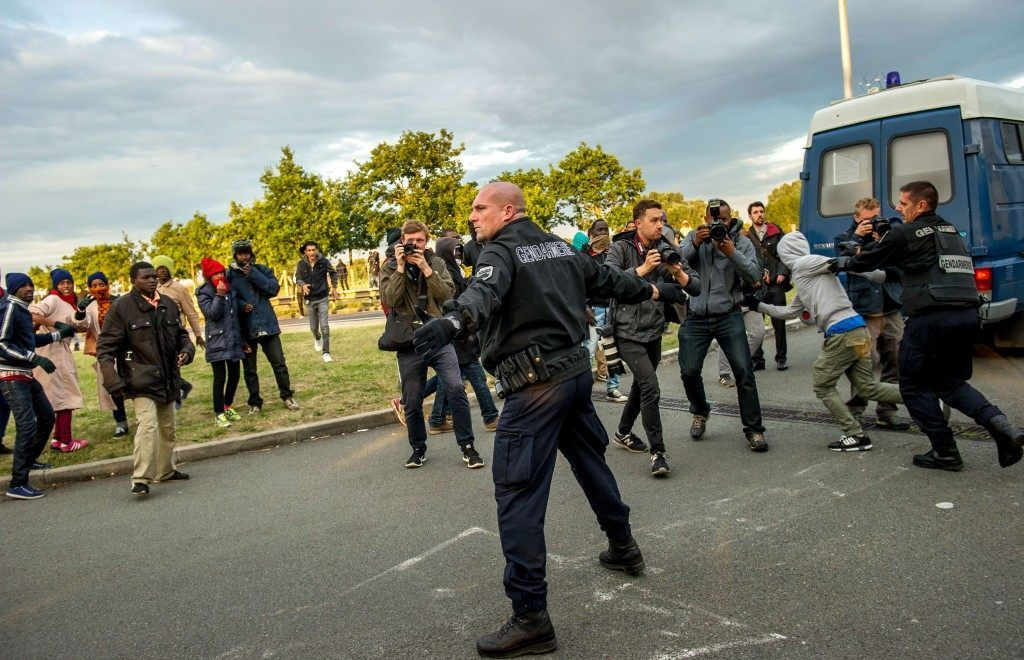 French gendarmes take up positions to block migrants who have entered the Eurotunnel site (PHILIPPE HUGUEN/AFP/Getty Images)