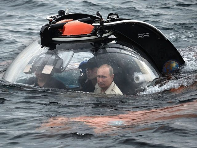 2B7784CE00000578-3202409-Are_you_coming_Vladimir_Putin_s_pictured_head_can_be_seen_inside-a-14_1439917190705