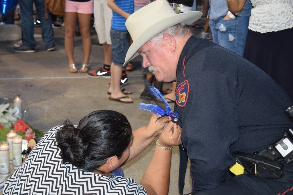 A woman pins a Blue Lives Matter ribbon on a Harris County Precinct 4 Deputy Conatable. (Photo: Breitbart Texas/Lana Shadwick)