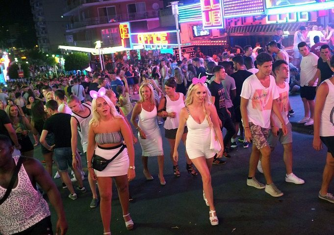 Tourists crowd in Punta Ballena street in Magaluf / AFP PHOTO / JAIME REINA
