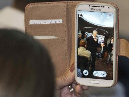 Netanyahu phone (Jack Guez / AFP / Getty)