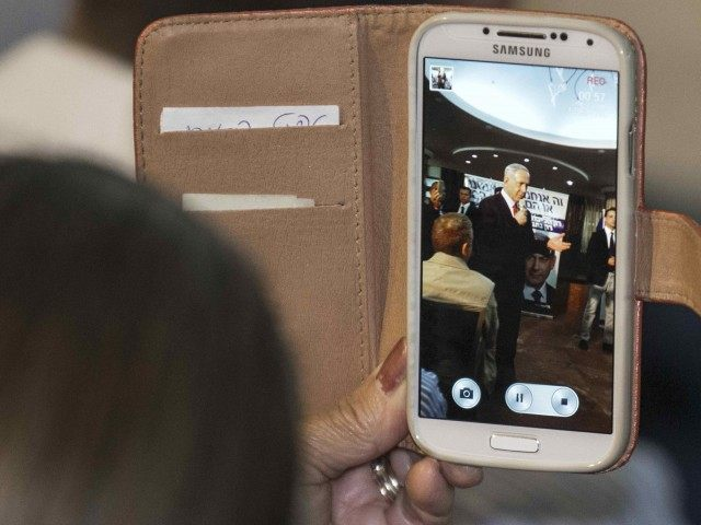 Netanyahu phone (Jack Guez / AFP / Getty)