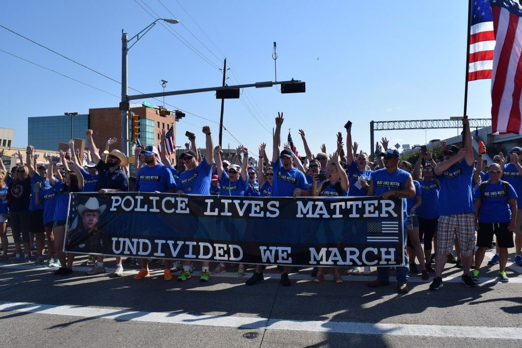 The 8,000 man army of blue begins its march on the Sam Houston Parkway in Houston. (Photo: Breitbart Texas/Bob Price)
