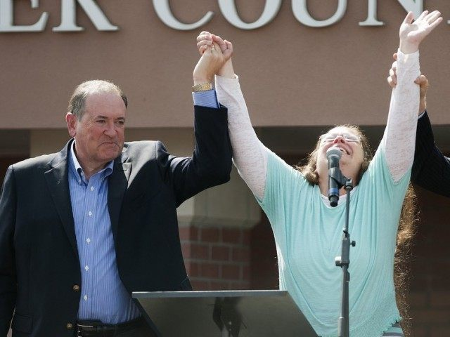 Mike Huckabee and Kim Davis (Ty Wright / Getty)