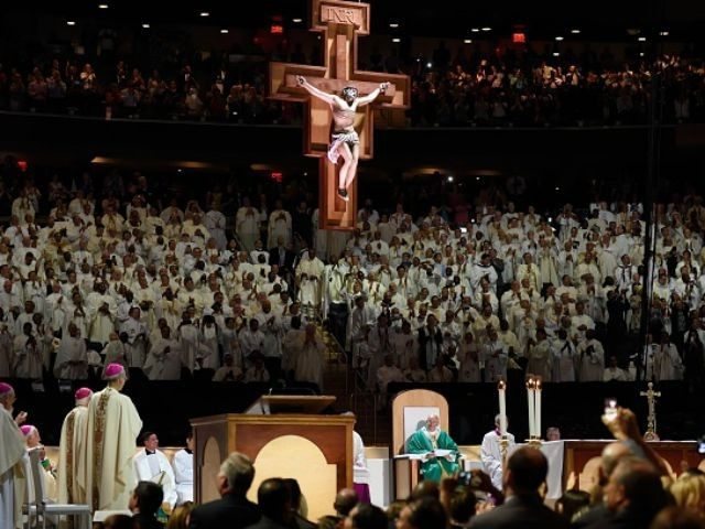 A standing ovation for Pope Francis as he celebrates Mass at Madison Square Garden September 25, 2015 in New York. AFP PHOTO/DON EMMERT (Photo credit should read