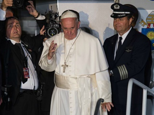 Pope Francis waves before departing Philadelphia on September 27, 2015 at the end of his six-day visit to the US. AFP PHOTO / NICHOLAS KAMM (Photo credit should read