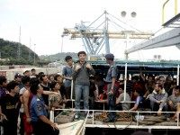 Indonesian police and immigration officials negotiate with a group of 120 Australia-bound asylum seekers to disembark a tanker docked off Merak port in the west of Java on April 9, 2012.
