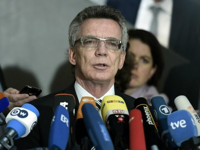 German Interior Minister Thomas de Maiziere (C) speaks to journalists after arrives a secret services oversight panel on May 6, 2015 in Berlin.