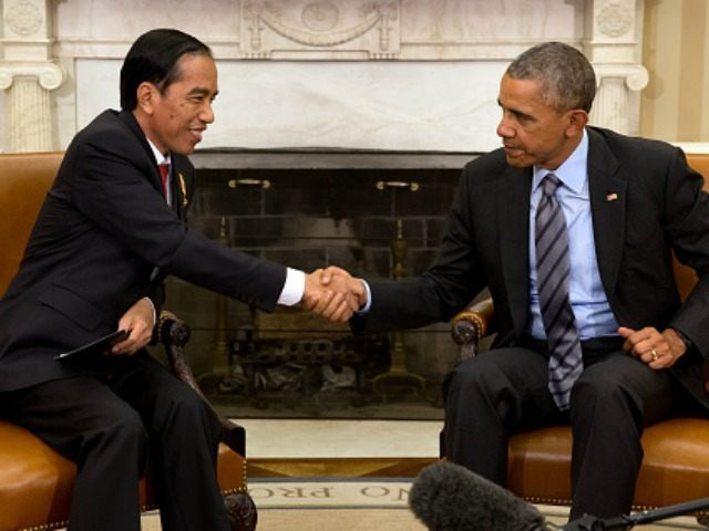 President Barack Obama (R) shakes hands with Indonesia President Joko Widodo in the Oval Office of the White House October 26, 2015 in Washington, DC. Widodo is cutting his visit to the United States short to return to Indonesia in order to manage the mass evacuation of thousands in parts …