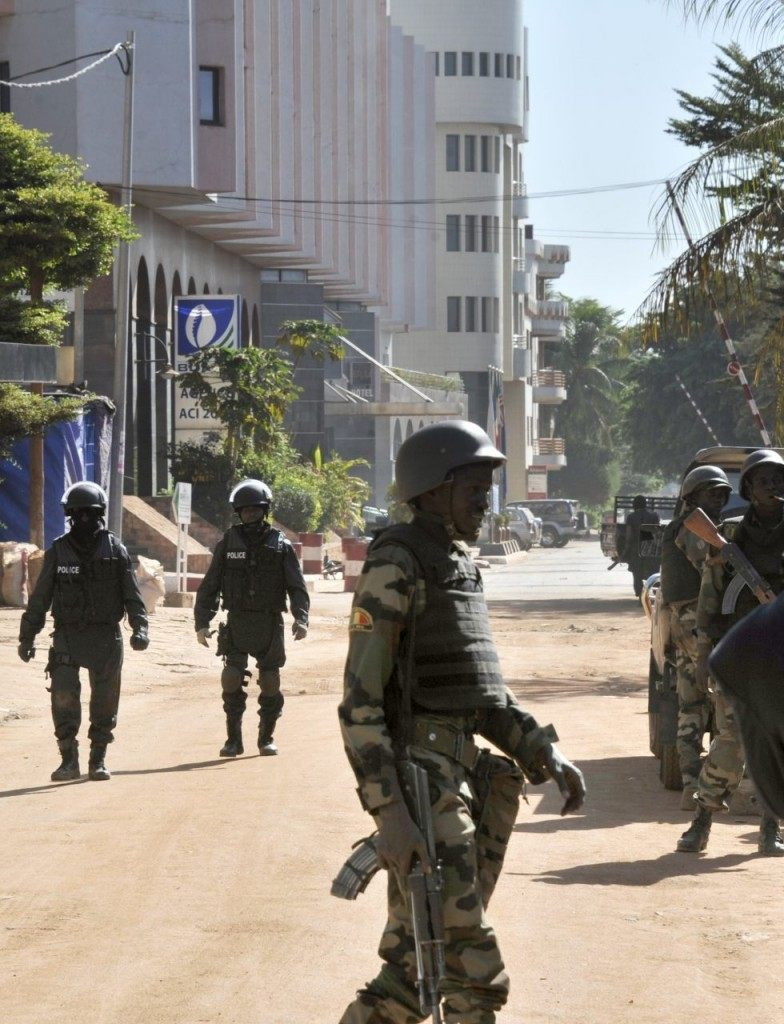 Malian troops take position outside the Radisson Blu hotel in Bamako on November 20, 2015.
