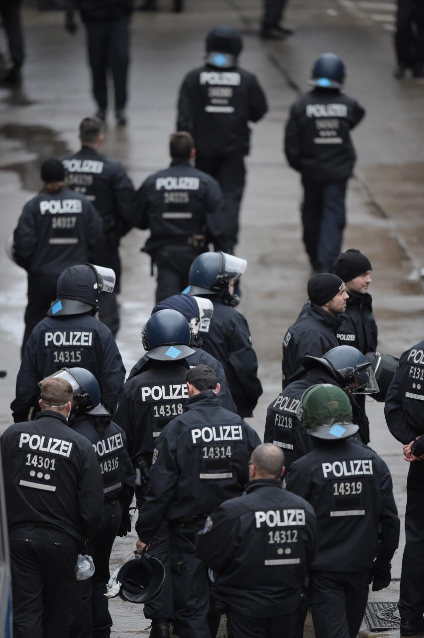 Policemen walk to the migrant centre (ODD ANDERSEN/AFP/Getty Images)