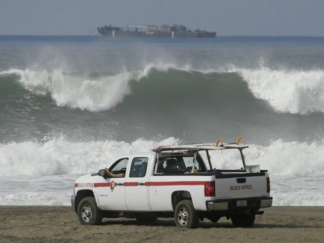 High tide Ocean Beach (Eric Risberg : Associated Press)