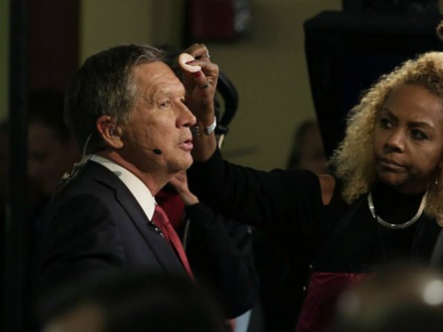 Republican presidential candidate John Kasich has make-up applied before an interview in the spin room following the Republican Presidential Debate hosted by Fox Business and The Wall Street Journal November 10, 2015 in Milwaukee, Wisconsin. AFP PHOTO / JOSHUA LOTT (Photo credit should read