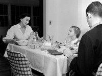 circa 1950: The Simonson family settle down for dinner together in Connecticut, USA. (Photo by