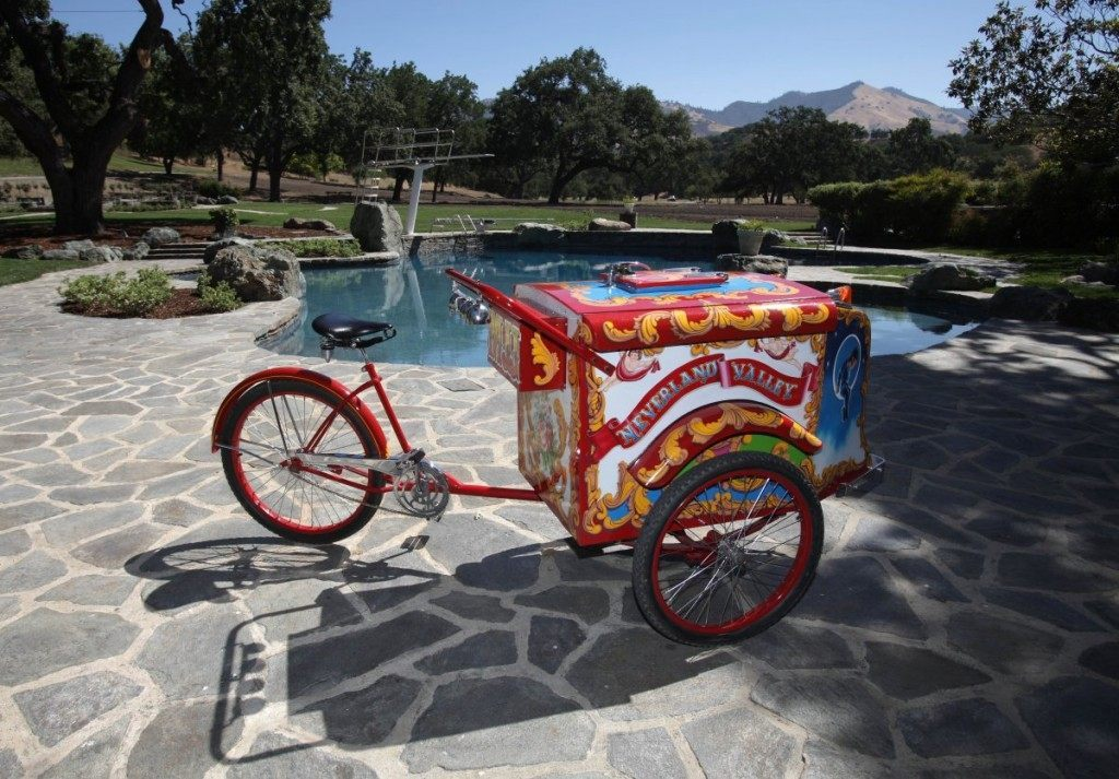 of-course-it-has-a-pool-the-ice-cream-cart-in-the-front-was-given-to-jackson-by-close-friend-elizabeth-taylor