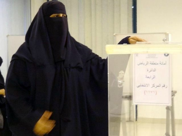 saudi-woman-vote-AFP