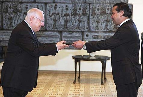 Ambassador-Werner-Matías-Romero-receiving-his-accreditation-from-President-Rivlin1
