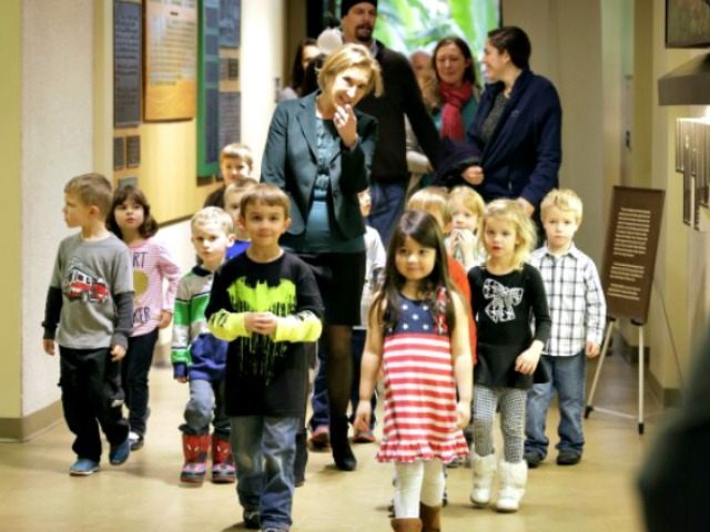 Carly Fiorina with children in Iowa APCHARLIE NEIBERGALL