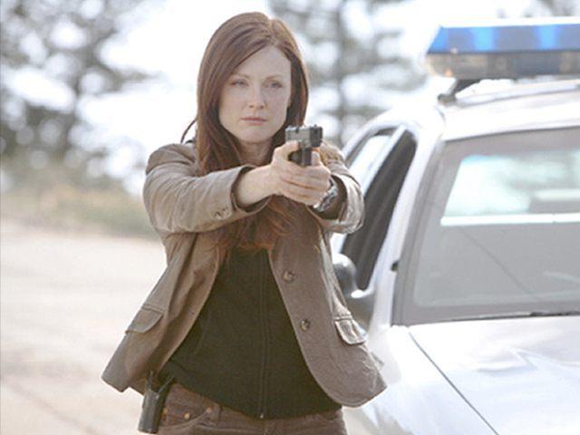 Julianne-Moore-2-gun