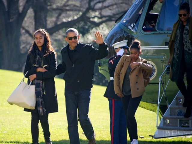 U.S. President Barack Obama and his family (L-R) Malia, Sasha, and first lady Michelle Obama return to the South Lawn of the White HouseJanuary 3, 2016 in Washington, DC. The first family is returning from their two week Hawaiian vacation. (Photo by )