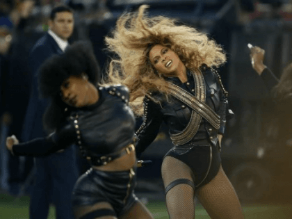 WATCH: Beyoncé Busts Out Politically Charged 'Formation' at Super Bowl Halftime Show