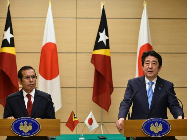 JAPAN, Tokyo : East Timor President Taur Matan Ruak (L) listens to Japanese Prime Minister Shinzo Abe speaking during a joint press conference at Abe's official residence in Tokyo on March 15, 2016. Taur Matan Ruak is currently on a four-day visit to Japan. / AFP / POOL / FRANCK ROBICHON