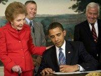 US President Barack Obama (C) signs the Ronald Reagan Centennial Commission Act at the White House on June 2, 2009 with former US first lady Nancy Reagan