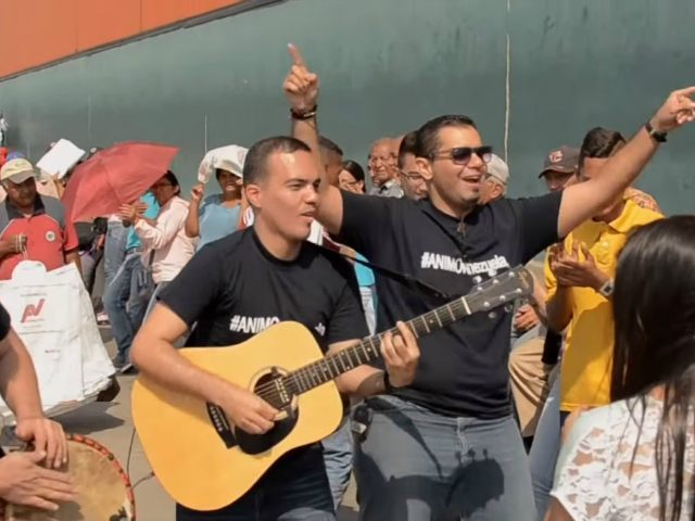 Traveling Musician Sings for Venezuelans Stuck in Six-Hour Supermarket Lines