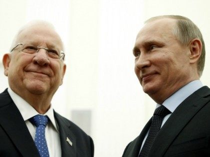 Russian President Vladimir Putin (R) welcomes his Israeli counterpart Reuven Rivlin during a meeting at the Kremlin in Moscow, on March 16, 2016.