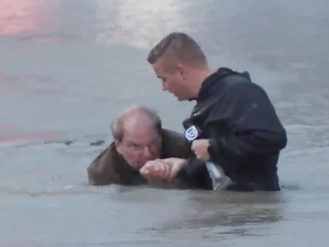 ABC13 reporter Steve Campion rescues Houston driver from flooded street after car became trapped. (Photo: ABC13 Video Screenshot)