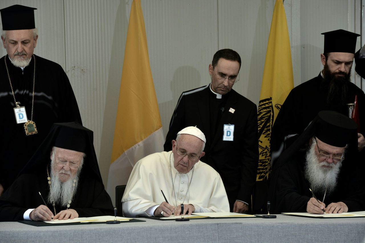 Patriarch Bartholomew (L), Pope Francis (C) and Greek Archbishop Ieronimos (R) sign a joint declaration (ARIS MESSINIS/AFP/Getty Images)