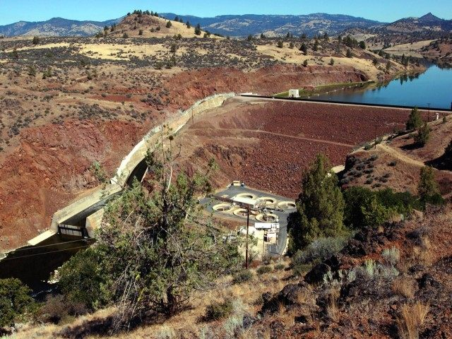 Klamath Dam (Jeff Barnard / Associated Press)