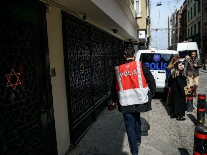 A Turkish police officer stands guard in front of Neve Shalom Synagogue on March 30, 2016 in Istanbul. Israel advised on March 18 all its citizens to leave Turkey, citing the potential for attacks.