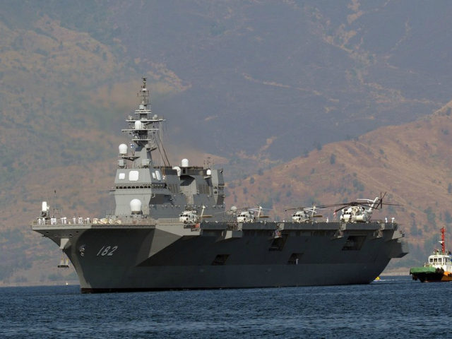 Philippines, Subic Bay Freeport Zone : Japanese helicopter carrier Ise is towed as it prepares to dock at the former US naval base, Subic port, north of Manila on April 26, 2016. Ise (DDH 182), which is in the Philippines for a four-day goodwill visit, marking a third time Japanese vessels have visited the country in a year, with two Japanese destroyers and a submarine docked April 3 near disputed South China Sea waters, where Beijing's increasingly assertive behaviour has sparked global concern. / AFP PHOTO / TED ALJIBE