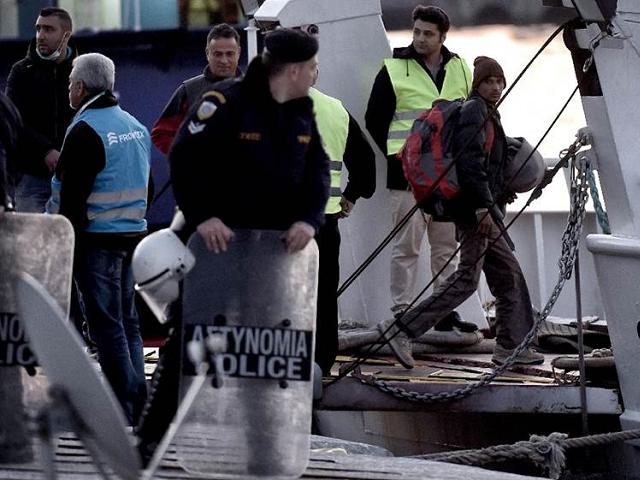 migrant boat deport greece