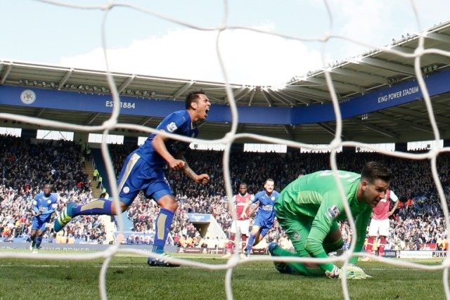 Leicester striker Leonardo Ulloa (L) wheels away after scoring a late equaliser from the penalty spot as West Ham goalkeeper Adrian looks on during the English Premier League match in Leicester, central England on April 17, 2016