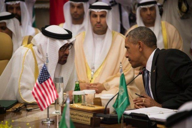 O presidente dos EUA, Barack Obama (R), fala com o xeque Mohammed bin Zayed al-Nahyan (à esquerda), Príncipe herdeiro de Abu Dhabi, durante a Cúpula do Conselho de Cooperação do Golfo dos Estados Unidos em Riyadh, em 21 de abril de 2016