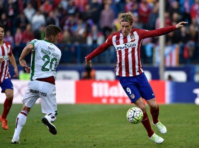 Atletico Madrid's forward Fernando Torres (L) tries to control a ball beside Granada's midfielder Ruben Perez on April 17, 2016