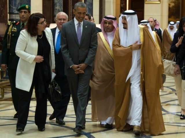 US President Barack Obama (C) speaks with King Salman bin Abdulaziz Al-Saud of Saudi Arabia (R) at Erga Palace in Riyadh