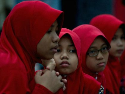 MALAYSIA, Kuala Lumpur : Young Malaysian Muslim girls wait before Iftar on the first day of the holy Islamic month of Ramadan in Kuala Lumpur on June 29, 2014.Tens of millions across the Muslim world fast from dawn to dusk and strive to be more pious and charitable during the …