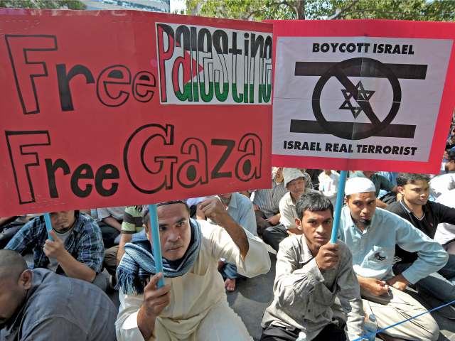 Thai-muslim protesters shout anti-Israel slogans during a demonstration at the Israel embassy in Bangkok on January 6, 2009